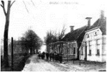 Hoofdstraat Roderwolde, voorheen Voorste weg, met het gezicht naar het zuiden.