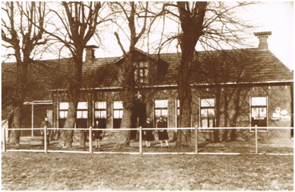 Roderwolde, Voorste weg: Leden van de familie Lute Hoff voor cafe Het Rode Hert in de jaren twintig van de 20e eeuw.