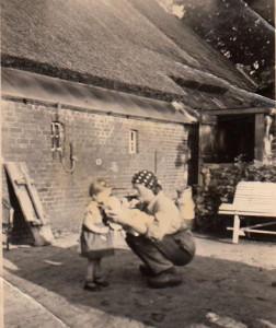 Roelie van Zanten met haar moeder naast de oude boerderij