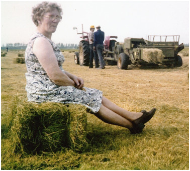 Tiet Eeuwema-Aukema, boerin op Enumahoeve.